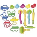 Lot de 17 accessoires de modelages : rouleaux, spatules, emporte-pièces, seringues avec embouts.