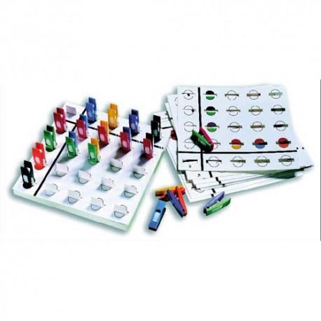 Jeu éducatif composé d'une base de jeu,12 fiches d'exercices évolutives, 36 mini pinces bicolores de 4 cm